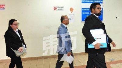 美赞臣公司代表(中)在律师的陪同下步出法庭,全程一言不发。(摄影:杨金森)