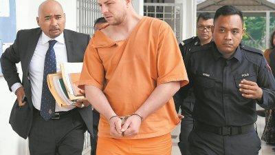 嫌犯被警员押解至法庭面控时神情淡定,没有刻意避开媒体记者的拍摄。
