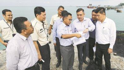 陆兆福(右2)周四巡视波德申码头时,聆听阿查哈(左3)讲解有关申码头的详情。左2为峇哈林,右为朱建华。