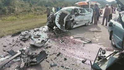 标致轿车在发生车祸后毁不成形,现场一片凌乱。