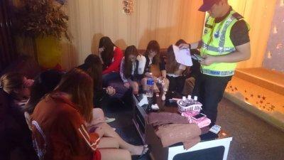 警员正检查落网外籍女子的入境文件。