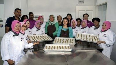 杨巧双(前排右5)周六出席社区厨房活动时指出,妇女部将会持续探讨单亲妈妈的需求,以协助她们自力更生。