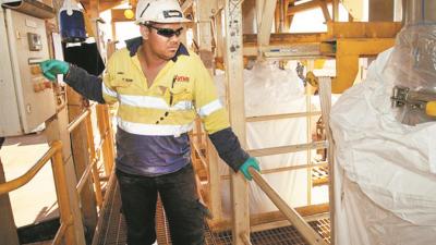 莱纳斯的营运执照即将在9月2日届满,政府原表示,若不清除囤积了45公吨的废料则不能更新执照;惟首相近日却为莱纳斯运作亮绿灯,掀起争议。