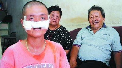林建达(前)患病后无法工作,靠年迈双亲撑起一头家。后左起为李玉于及林清圻。