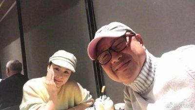 阿娇与干爹刘镇伟一起饮茶。(图取自刘镇伟微博)
