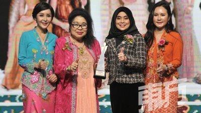 谢叔珍(左2)从颁奖嘉宾东姑诺扎荷然(左3)手中接领终身成就奖后合影,左为廖艺珍及右为王小佩。(摄影:连国强)