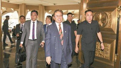 砂州首长阿邦佐哈里(中)周三一早抵达砂州议会,他在下午进行总结时为砂州公务员捎来好消息,即年尾可获2个月或至少2000令吉的花红。