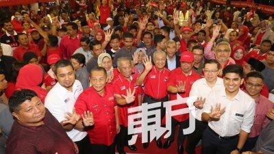卡敏(前排左3起)、慕尤丁、马哈迪、莫哈末沙布、林冠英等希盟领袖在政治讲座结束后,齐齐比起四号手势,希望丹绒比艾选民投希盟一票。(摄影: 刘维杰)