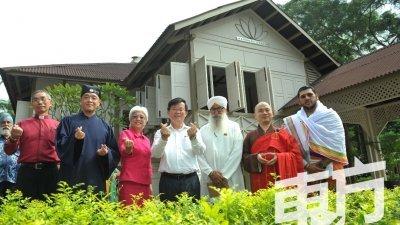 曹观友(左4)与章瑛(左3)偕同来自佛教、基督教、兴都教、锡克教及道教五大宗教的代表,为槟城和谐中心主持开幕礼。(摄影:蔡开国)