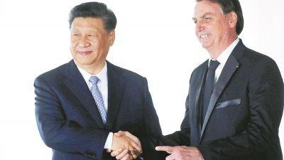 在第11届金砖国家峰会,中国国家主席习近平(左)与巴西总统波索纳洛会面。