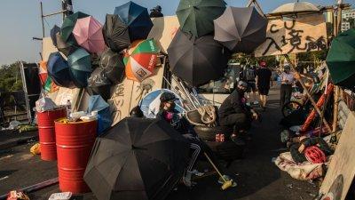"""在香港中文大学二号桥,留守校园的抗争者以杂物设置路障,并设立""""入境处"""",拦查进入校园人员,要求出示学生证或记者证等。"""
