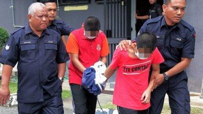 2名少年被警方带出庭时,全程低头不语。