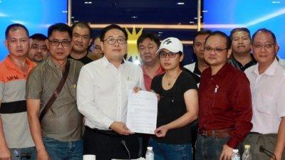 叶女士(右3)委任吴健南(左3)为代表律师,并正式向交通部和Grab公司提出5大诉求,要求有关单位正视电召车司机的基本权益。
