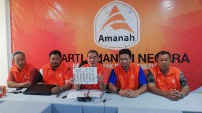 阿基鲁丁(左3)宣布诚信党霹雳州委改选将在11月23日进行,届时共有45人角逐17个州委职。