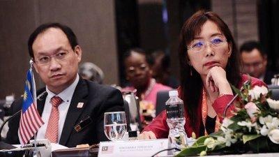 郭素沁(右)出席在吉隆坡举行的第2届棕油生产国理事会会议。左为原产业部秘书长陈耀宗。