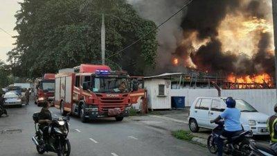 遭火魔光顾的店铺冒出阵阵浓烟,场面骇人。
