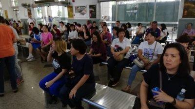 怡保火车站坐满等候买预售车票的民众。