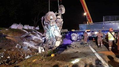 其中一辆轿车被撞成废铁。(图取自消拯局面书)