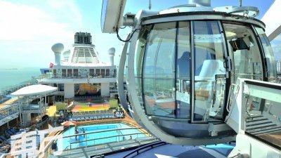 """邮轮上的宾客也可乘搭""""北极星""""观景台,观赏无敌大海景。(摄影:蔡开国)"""