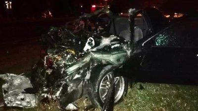 日产轿车被撞得面目全非。(图由警方提供)
