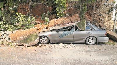 防崩墙塌陷,沙石压垮停放在斜坡旁的国产轿车。