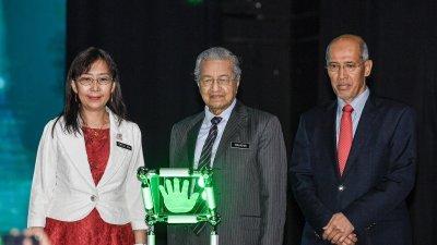 马哈迪(中)为2019年国际棕油大会和展览(PIPOC 2019)主持开幕。左起郭素沁和大马棕油局主席丹斯里莫哈末巴克沙烈。