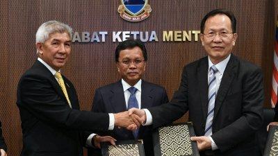 沙菲益阿达(中)见证,沙巴基金局总监拿督加玛鲁吉兰(左)及启德行董事经理拿督刘利康(右)签约。