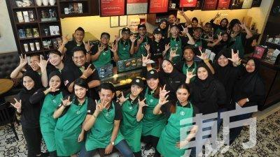 槟州迎来首间手语星巴克(Starbucks Signing Store),该咖啡馆拥有7名聋哑员工,消费者也可使用手语向他们点餐。(摄影:蔡开国)