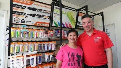 张畯翔(右)在母亲林春妹的支持下,创立LCM Marketing有限公司。