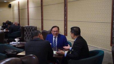 """安华阿兹敏国会大厦会面 粉碎""""王不见王""""说法"""