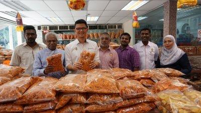陈家兴(左3)对文冬甘榜加章布爹生产的印度零食赞不绝口,左起为那达古玛、西华尼申、沙慕加达申、零食厂职员玛登及祖莱达。