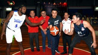 马六甲州行政议员郭子毅(中)为妈咪杯马六甲国际篮球邀请赛持开球礼。