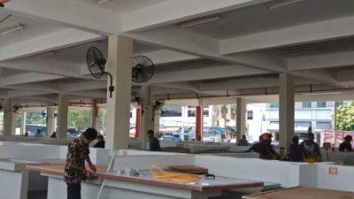 摊贩自行加大摊位使用空间,因整修工作影响搬迁进度。