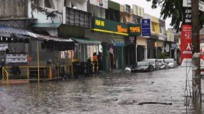 雪州年杪将迎来高降雨量,9个县区或面对闪电水灾的风险,因此民众受促提高警惕,作好防范措施。(档案照)