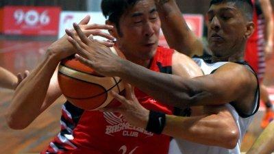 马六甲队长陈利伟(左)杀进篮底被新华体育的戈巴强硬阻挡。