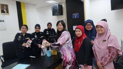 黄渼沄(前排右3)派送乳癌醒觉日的粉红胸针和小册子予女警,前排右起为诺艾斯京和莎丽雅。