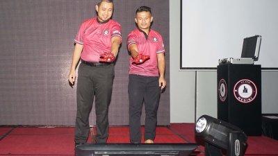 萨鲁丁嘉玛(左起)与祖菲卡以结合科技的创意方式,为美迪尼区块链枢纽项目主持推介仪式。