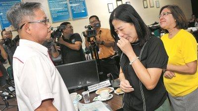 张登惠(右2)曾于9月17日与李文材(左)会面时,向后者哭诉女儿的不幸遭遇。