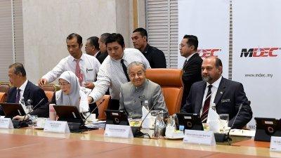 马哈迪(右2)主持第30届超级多媒体走廊实施理事会会议,慕尤丁(左起)、旺阿兹莎和哥宾星出席会议。