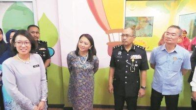 杨巧双(左2)参观甲州警察总部的职场托儿所,左起为林秀凌、沙鲁莱里及邱培栋。
