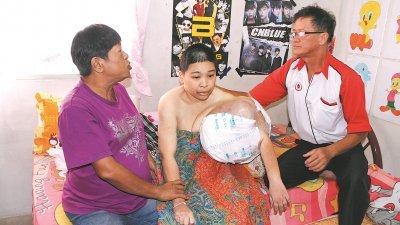 谭媚珊(中)患病期间,需要母亲(左)和父亲一左一右扶她起来。