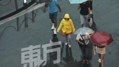 气象局预报本周持续会有强风暴雨,并会在下午或晚上降临。图为吉隆坡周一在傍晚时分下起豪雨,在吉隆坡武吉免登路上行人以雨具避雨。(摄影:连国强)