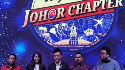 阿玛嘉法(左起)、廖彩彤、谢秉益和索烈胡定一同为马来西亚商务酒店协会柔州分会推介新徽章。