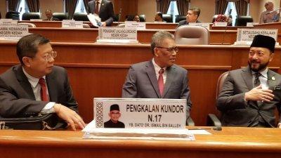 吉打州行政议员陈国耀(左起)、伊斯迈沙烈和慕克里兹,于周一在州议会召开前谈笑风生。