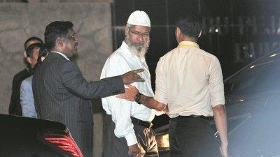 扎基尔(中)在马发表的言论掀起争议,更因发表涉及种族的言论被带往警察调查,他深受穆斯林社会的支持,但他触怒非穆斯林。