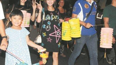 除了吃月饼、赏月,提灯笼游行也是一家大小在中秋节期间会进行的活动。