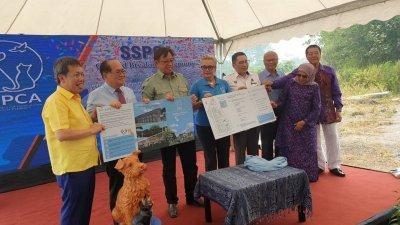 阿邦佐哈里(左3)与沈桂贤(左起)、道格拉斯、黄多娜、彼德米诺、黄鸿圣与南希苏克丽,共同展示动物村蓝图。