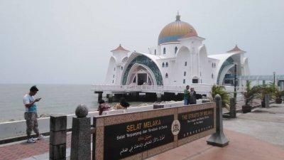 虽然周日中午1时许,马六甲海峡的能见度不高,仍不影响游客到水上清真寺吹风打卡的兴致。