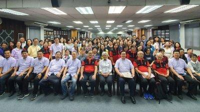 《2019年全柔国中华文研习营》吸引104人参与,营员与出席嘉宾合照。坐者左7起为杨利泉、颜碧贞及许常健。