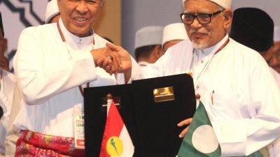 巫统伊斯兰的结盟,冲击我国多元社会的基础,也为希盟带来严峻的挑战。左起为巫统主席阿末扎希和伊党主席哈迪阿旺。